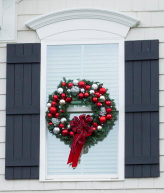 Holiday Window Wreath - http://paintyourselfasmile.com/2015/12/19/diy-christmas-window-wreaths/