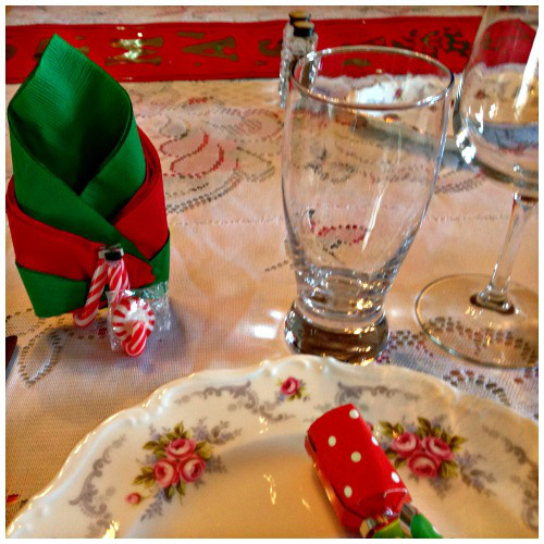 Candy Cane Napkin Holder - https://starrcreative.wordpress.com/2015/11/20/diy-christmas-candy-cane-napkin-mint-holder/